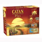 Catan Plus contiene en una sola caja el juego básico, la expansión para 5-6 jugadores, dos escenarios extra y dos mini expansiones. Todo lo que necesitas para disfrutar a todo lujo de uno de los más aclamados clásicos de los juegos de mesa. Disponible en Lámpara Mágica Shop. Estamos en Sevilla.